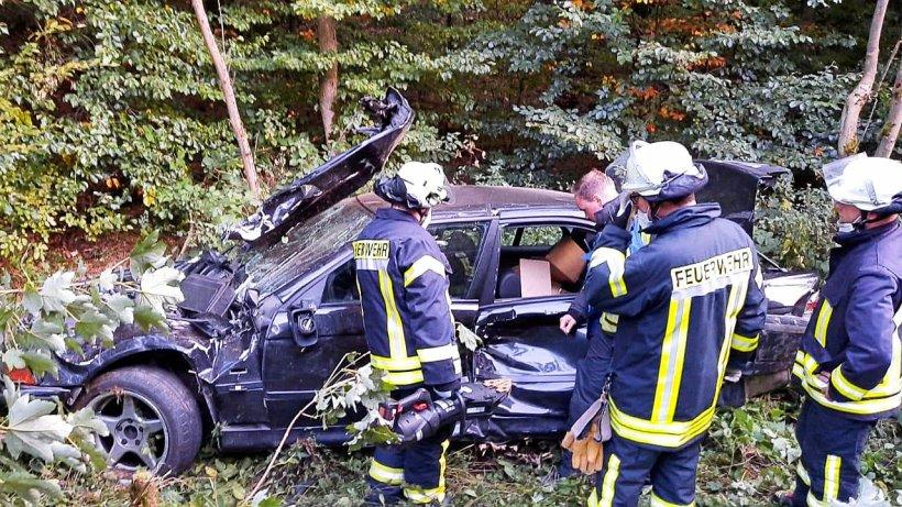 Marsberg: Auto stürzt 15 Meter in Tiefe und überschlägt sich