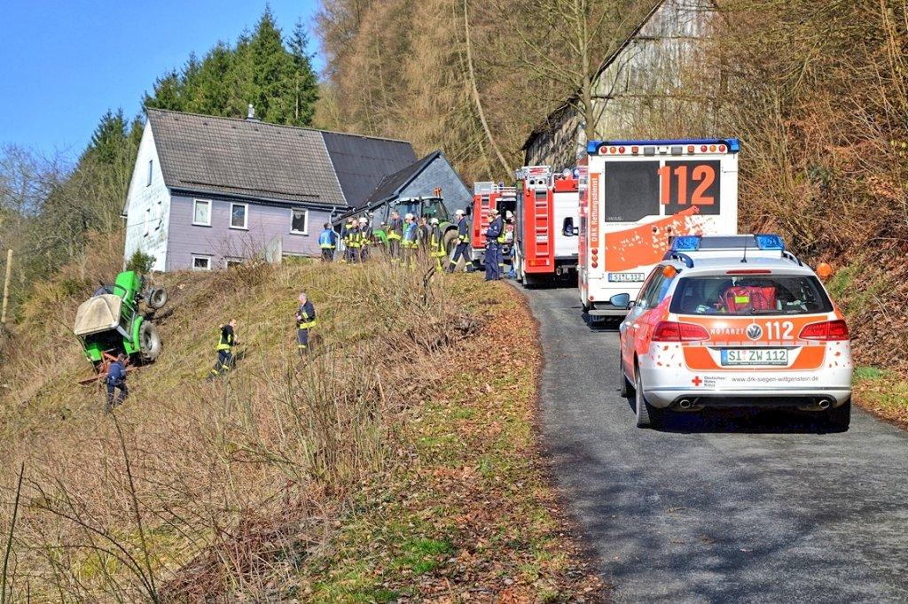 Klettergerüst Traktor : Traktorfahrer wird bei sturz in einen steilhang eingeklemmt wp