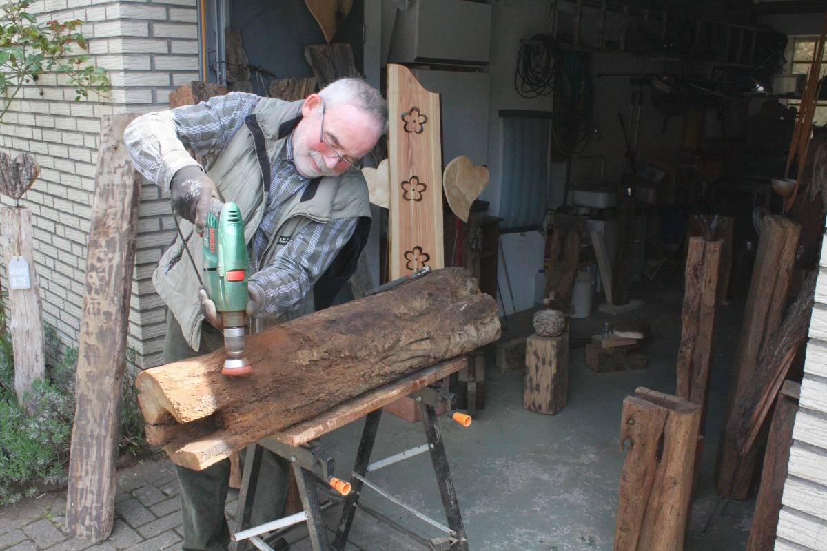 Mendener verwandelt Holzbalken in Kunstwerke | wp.de | Fröndenberg