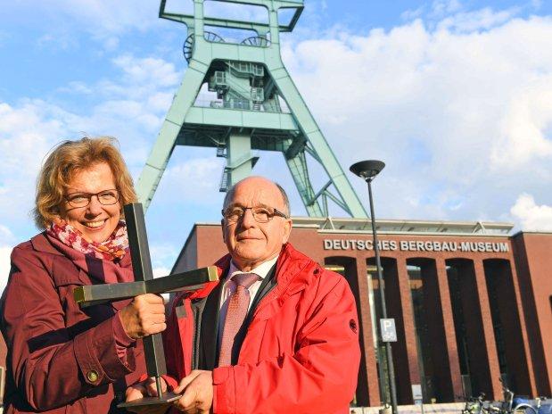 Pfarrerin Anne Braun-Schmitt und Pastor Ulrich Bauer nehmen in Bochum das dreidimensionale Christuskreuz entgegen.