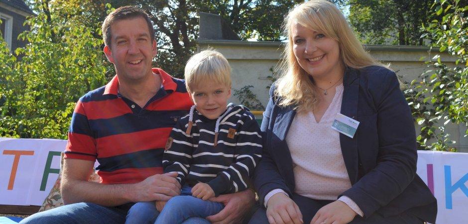 Sascha Hiby, stellvertretender Vorsitzender des Vereins Gut Glut mit seinem Sohn Fynn und die Geschäftsführerin Tuija Minor. Hiby überreichte im Auftrag des Vereins Gut Glut eine Spende von 2500 Euro an das Hospiz Emmaus.