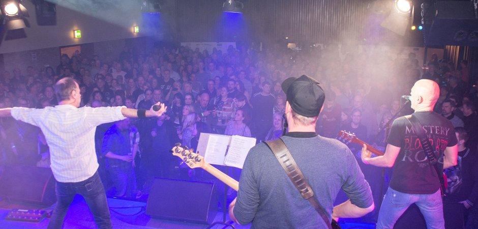 """So kennt man ihn: Ex-""""Smithys""""-Sänger Lutz Otto (links) reißt das Publikum in der Aula Alte Geer mit."""