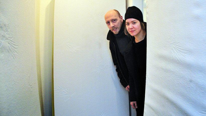 zwei junge k nstler stellen sich der verg nglichkeit wp. Black Bedroom Furniture Sets. Home Design Ideas