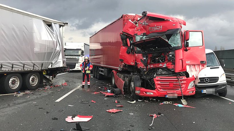 lkw unfall legt verkehr auf der a1 in hagen lahm hagen. Black Bedroom Furniture Sets. Home Design Ideas