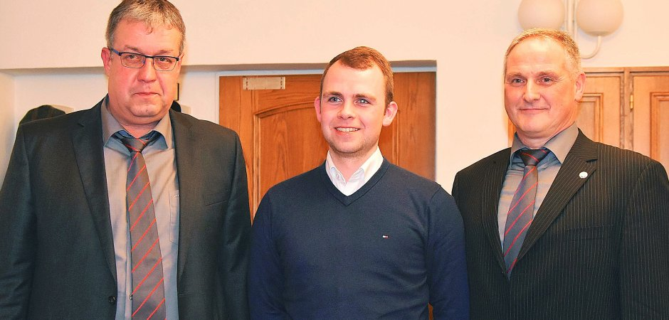 Gabriel Annen (Mitte) löst Michael Kinkel (rechts) ab und hat nun gemeinsam mit Manfred Arns (links) den Vorsitz bei Rot-Weiß Hünsborn inne.