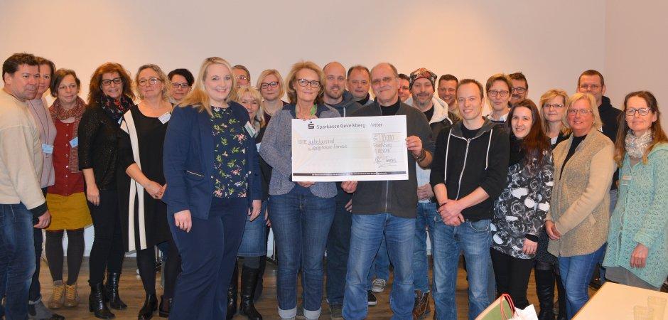 Die Rockmusiker und die Mitarbeiter des Hospizdienstes freuen sich gemeinsan darüber, dass das Benefizkonzert im Januar 10000 Euro für die wertvolle und selbstlose Kinderhospizarbeit einbrachte.