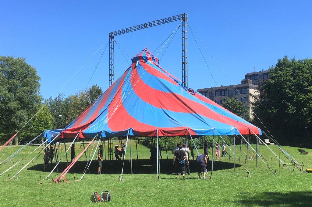 Eltern bauen Zelt für Zirkusprojekt ZappZarap in Brilon auf | wp.de ...