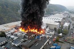 Feuer in Hagen: Mehrere Explosionen bei Brand in Lagerhalle