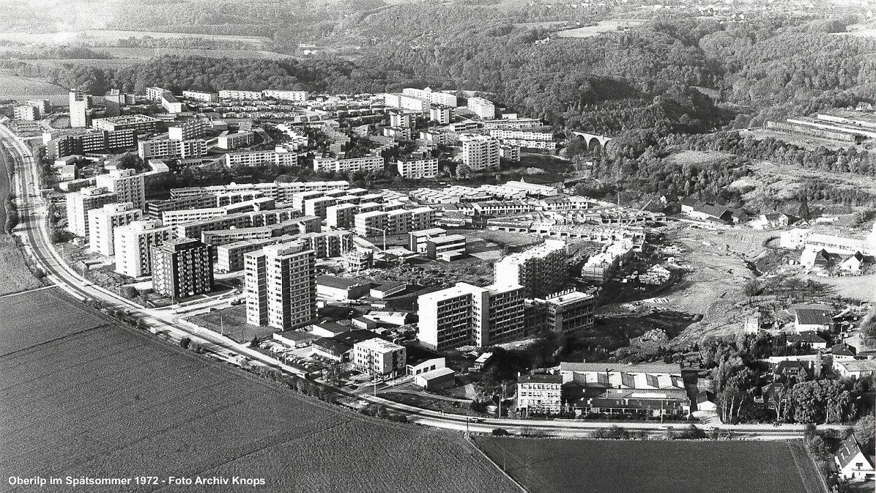 Die Oberilp im Spätsommer 1972. Am Europa-Platz (damals Edeka-Platz genannt) wird noch gebaut, ebenso am Wohnblock Rhönstraße 7 bis 17. Auch an den Reihenhäusern in der Eifelstraße, Spessartstraße und Rhönstraße wird noch gewerkelt.