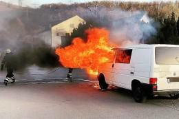 Herdecker Feuerwehr löscht brennenden VW-Bus und Hecke