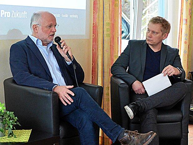 Beim Neujahrsempfang des TuS Ennepetal stellt Vorsitzender Dr. Michael Peiniger die Gesamt-Situation dar. Rechts: Moderator Marc Schulte.