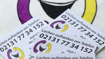 """Das """"Lachtelefon"""" richtet sich an alle, die eine rasche Stimmungsaufhellung brauchen. Unter der täglich zwölf Stunden erreichbaren Lach-Telefonnummer rufen von Kindern bis hochbetagten Senioren alle Altersgruppen an."""