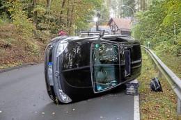 Unfall bei Olpe: Auto kippt auf Seite – Straße voll gesperrt