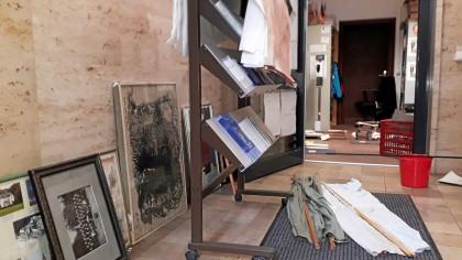 Der Keller des Stadtarchivs Menden steht am 14. Juli unter Wasser. Gerettetes liegt am Tag danach in den Gängen des Erdgeschosses, Bilder lehnen an den Wänden.