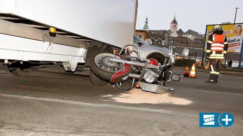 Siegen: Mit Harley-Davidson unter Laster gerutscht