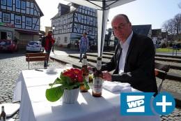 Corona-Mahnmal: Einsames Dinner in Hilchenbach
